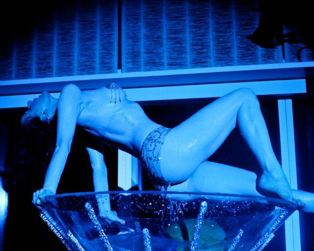 La star du strip-tease a dansé dans une coupe de Martini