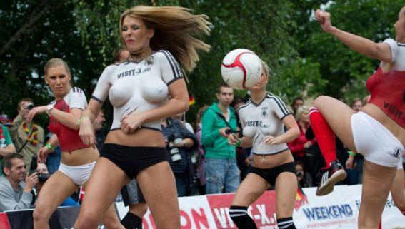 Les stars pornographiques allemandes jouent au football